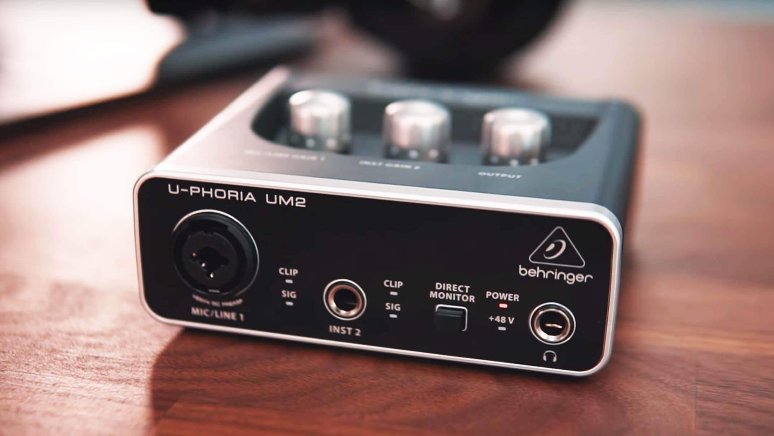 Com essa interface Behringer U-Phoria UM2, seu podcast poderá extrair o máximo do seu microfone