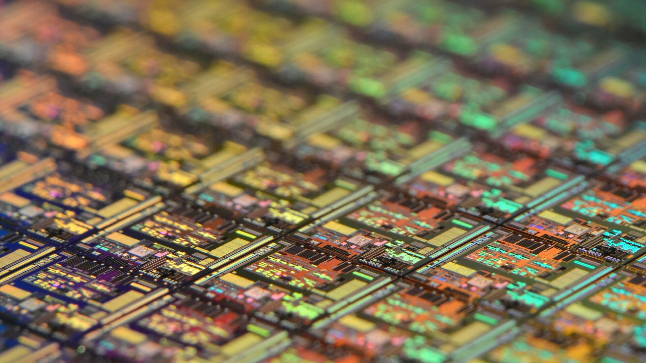 """Pequenas """"cidades"""" eletrônicas no interior de chips. Foto: Laura Ockel/Unsplash"""